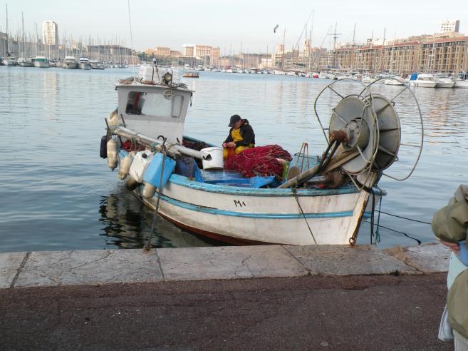 Photo de marseille petit bateau de p che for Dans un petit bateau